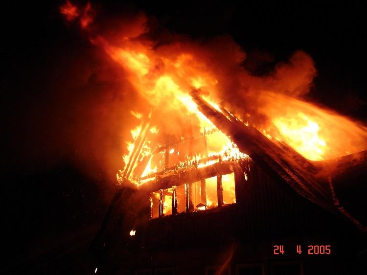 Nebengebäude brennt nieder